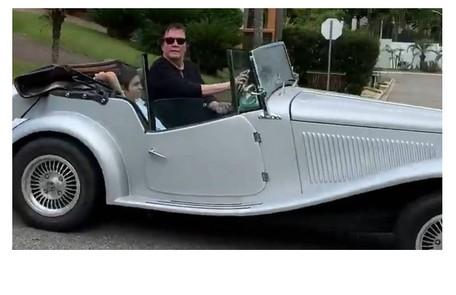 Fábio Jr., que neste ano fez um filme com os filhos Cleo e Fiuk, mostra seu carro de colecionador MP Lafer. O modelo é avaliado em R$ 100 mil Reprodução