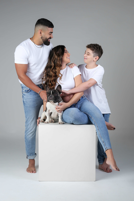 Beatriz Ferraz, Dilsinho, Rômulo, enteado do cantor, e o dog Diego (Foto: Estúdio Lari Souza/Divulgação)