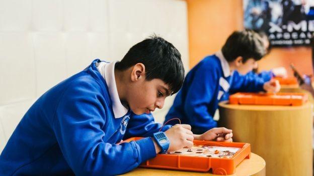 Memória incomum, ler cedo e conhecimento mais aprofundado de assuntos específicos podem ser sinais de que a criança é superdotada (Foto: Getty Images via BBC News Brasil)