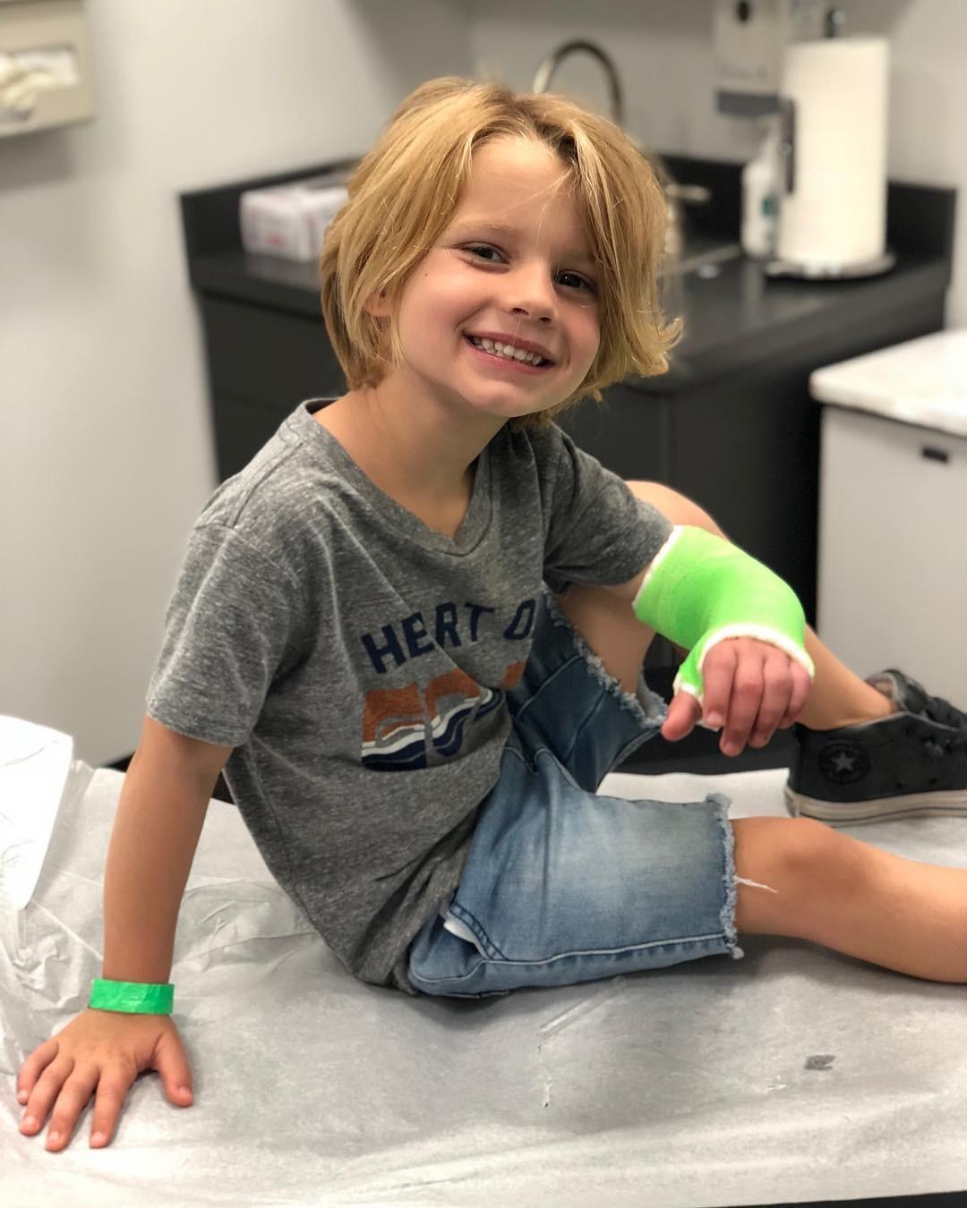 Ace, filho de 4 anos de Jessica Simpson, com o braço engessado (Foto: Reprodução Instagram)