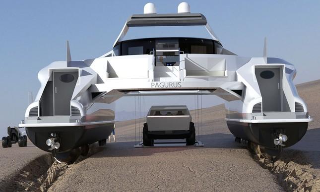 O Pagurus pode transportar um veículo que é baixado através de um sistema de pequenos guindastes