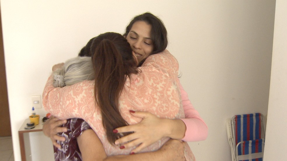 Letícia Pinheiro Rodrigues comemora aprovação no ITA com a família — Foto: TV Vanguarda/Reprodução