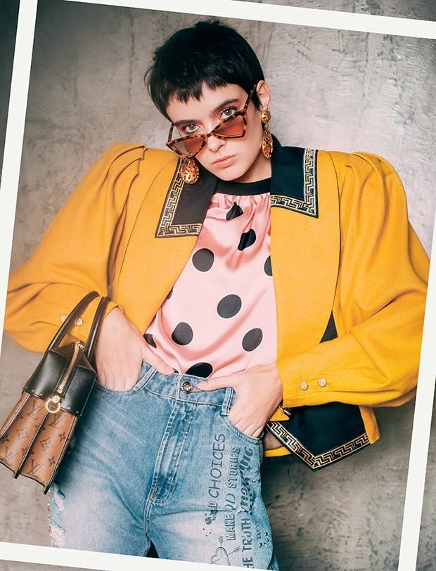 Blazer, R$ 248, B. Luxo; blusa, R$ 189, Zara; calça, R$ 280, Dzarm. Óculos, R$ 128, Love Style; brincos, R$ 780, AnnaKa; bolsa de couro, R$ 10.500, Louis Vuitton (Foto: Tauana Sofia)