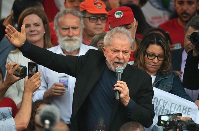 Lula discursa em Curitiba (Foto: AFP)