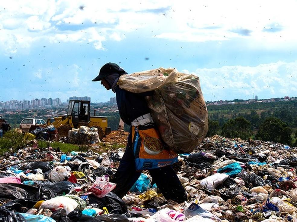 Catador no lixão da Estrutural, que existe desde a década de 60 e fica a 15 quilômetros do Palácio do Planalto (Foto: Paula Fróes/BBC)