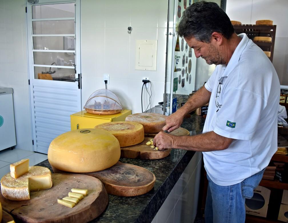 João Carlos Leite, presidente da Associação de Produtores do Queijo da Canastram explica características dos queijos — Foto: Lucas Soares/G1