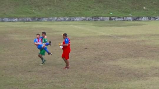 Fair Play(zão): sem maqueiro, jovem pega rival machucado no colo pelo sub-17; vídeo