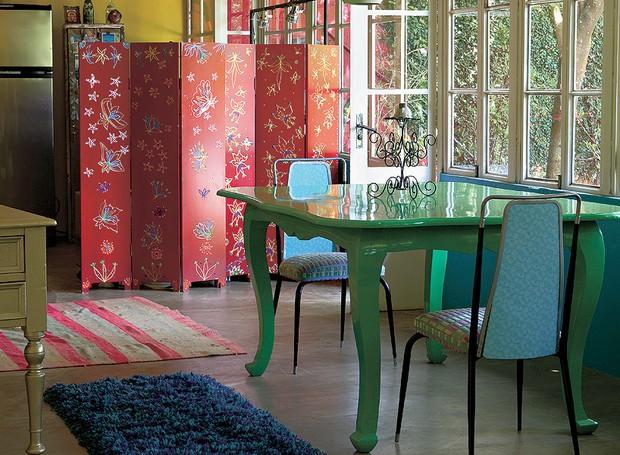 São cada vez mais comuns os projetos arquitetônicos com ambientes integrados. Porém, a cozinha muito aberta pode incomodar. Uma solução rápida e eficaz é colocar um biombo, como fez a decoradora Neza Cesar (Foto: Marcos Antonio/ Editora Globo)