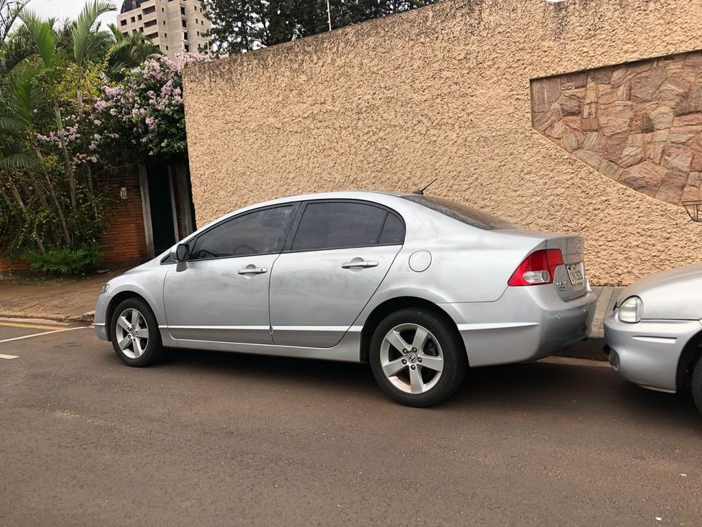 Carro da vítima foi recuperado após o crime  (Foto: Jaqueline Frizon/ TV TEM )