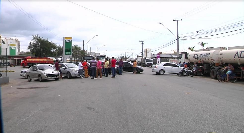 Motoristas de aplicativo fecharam uma das entradas do Cais do Porto do Mucuripe. (Foto: Reprodução/TV Verdes Mares)