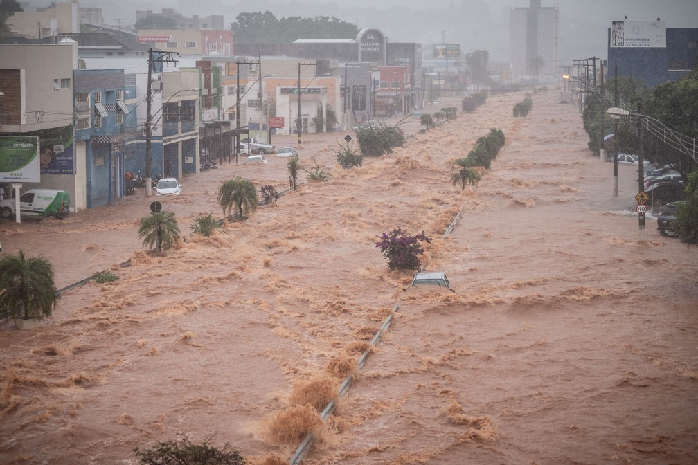 Córrego dos Bagres transbordou e transformou a Avenida Antônio Barbosa Filho em um rio, em Franca, SP — Foto: Igor do Vale