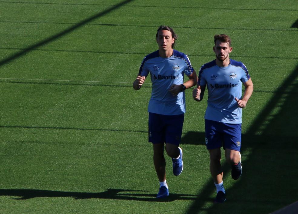 Geromel e Felipe Vizeu correm no Grêmio — Foto: Lucas Bubols