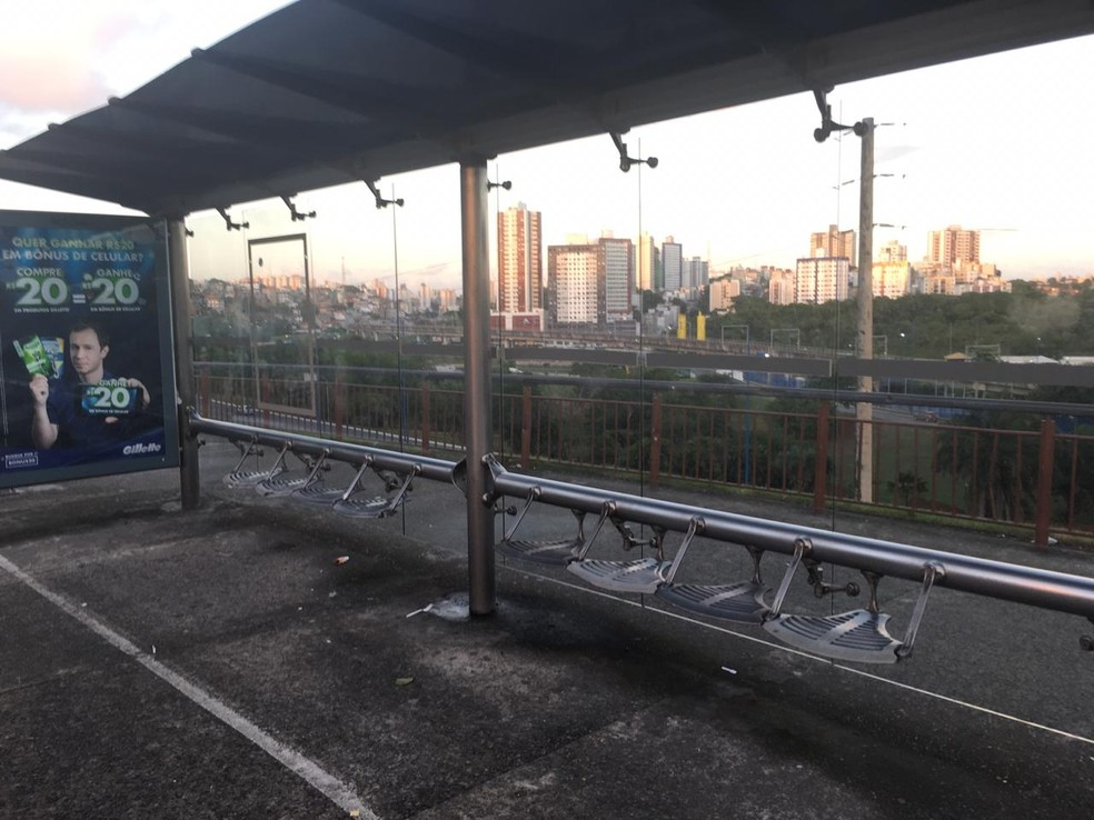 Ponto de ônibus vazio na região do Shopping Bela Vista, em Salvador — Foto: Phael Fernandes/ G1