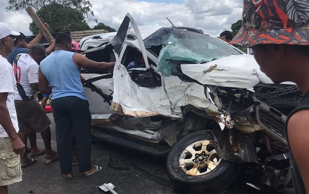 Batida ente caminhonete e carreta deixa feridos na BR-101, no sul da Bahia — Foto: Redes Sociais