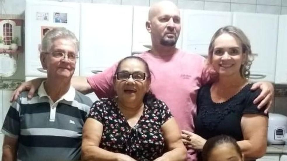 Uma visita dos pais de Márcia se tornou uma tragédia, após idoso e marido dela morrerem em decorrência da Covid--19 — Foto: Arquivo pessoal/BBC