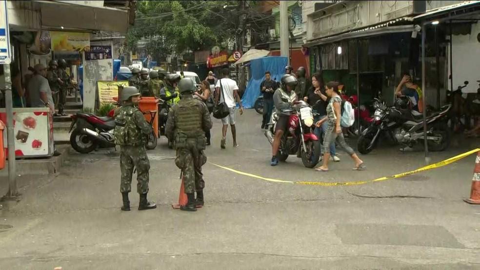 Moradores circulam normalmente nos acessos à comunidade da Rocinha neste domingo (24); militares do Exército mantêm o cerco na região (Foto: Reprodução/GloboNews)