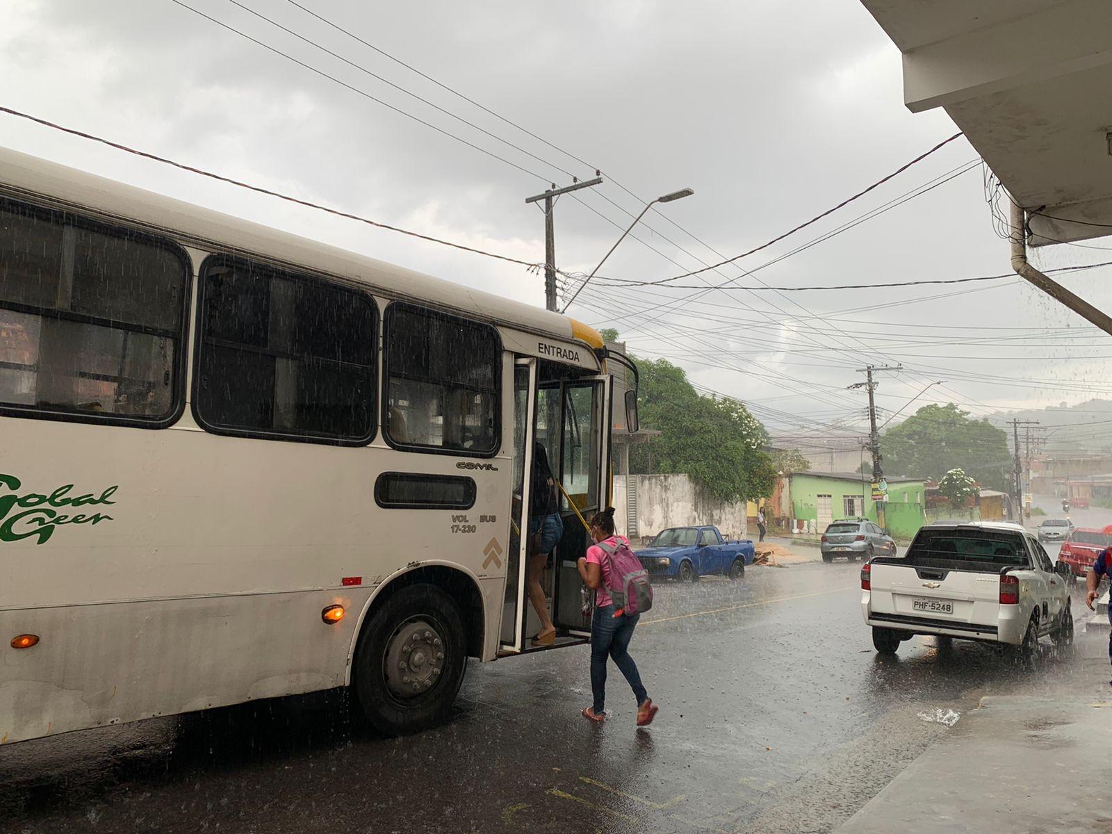Homem é morto a tiros após ter celular roubado em parada de ônibus, em Manaus