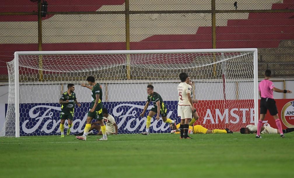 Braian Romero faz gol em Universitario x Defensa y Justicia — Foto: Staff Images/Conmebol