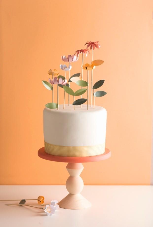 Toque feminino. As flores feitas de papel perolado em tons suaves são pura delicadeza! O acabamento com fita xadrez arremata o visual (Foto: Iara Venanzi / Editora Globo)