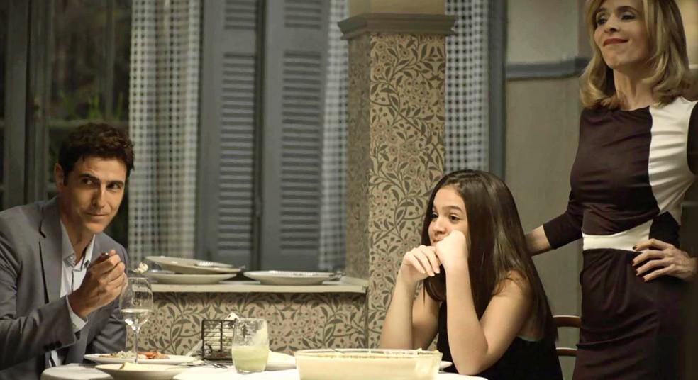 Cássia (Mel Maia) aconselha Agno (Malvino Salvador) a se casar com Leandro (Guilherme Leicam) e Régis (Reynaldo Gianecchini) aprova a ideia, em 'A Dona do Pedaço' — Foto: Globo