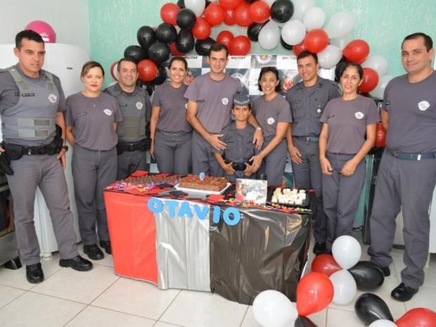 Policiais organizaram festa para menino de 9 anos  (Foto: Arquivo pessoal/Leonardo Moreira)