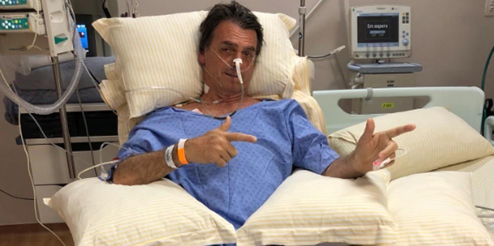 Jair Bolsonaro em foto no hospital postada pelo filho (Foto: Reprodução/Twitter/Flavio Bolsonaro)