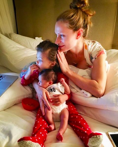 A namorada de Dwayne The Rock Johnson, Lauren Hashian, com as duas filhas do casal (Foto: Instagram)