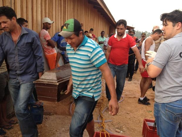 Após a retirada dos corpos e os serviços de perícia os corpos foram liberados para o sepultamento. (Foto: Júnior Freitas)