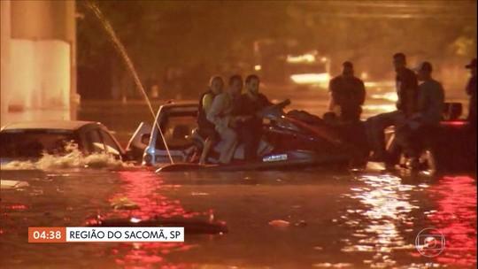 Morador usa moto aquática para ajudar motoristas ilhados em bairro de SP