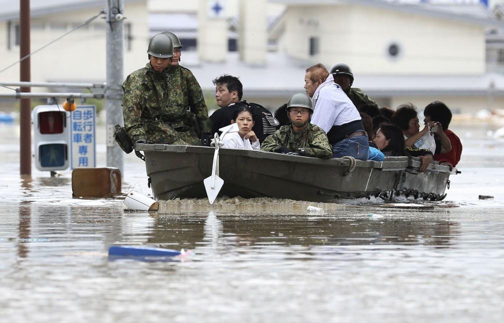 Moradores de Kurashiki são resgatados de área inundada após as fortes chuvas que atingiram o Japão. (Foto: Kyodo/ Reuters)
