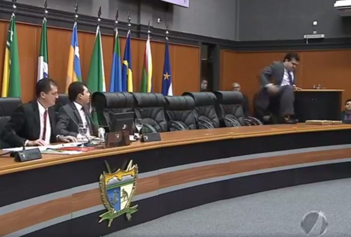 Deputado sobe à mesa do plenário da Assembleia Legislativa de RR e grita após ter microfone cortado