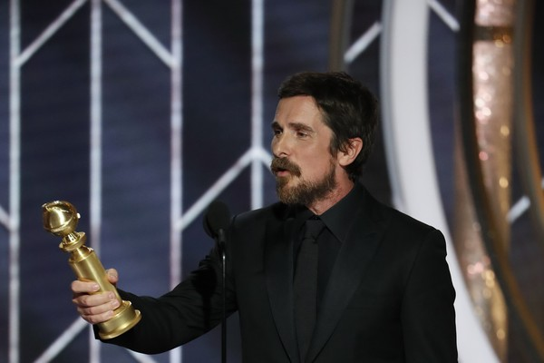 Christian Bale recebe o Globo de Ouro de Melhor Ator em Comédia ou Musical (Foto: getty)
