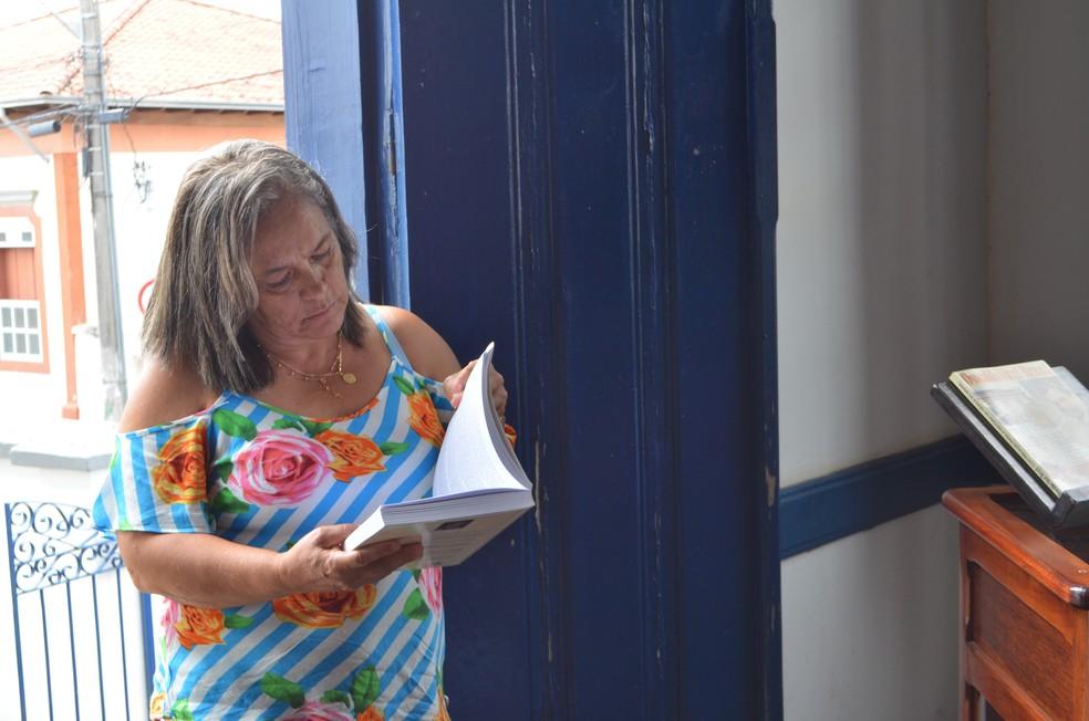 Rogéria é guia no museu e se diz fascinada pela história do pesquisador (Foto: Bruno de Oliveira/G1)