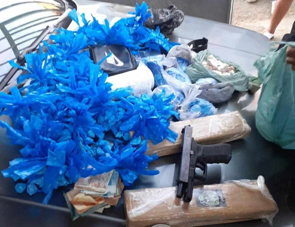 Suspeito responde por posse ilegal de arma, tráfico e associação ao tráfico de drogas — Foto: Divulgação/Polícia Militar