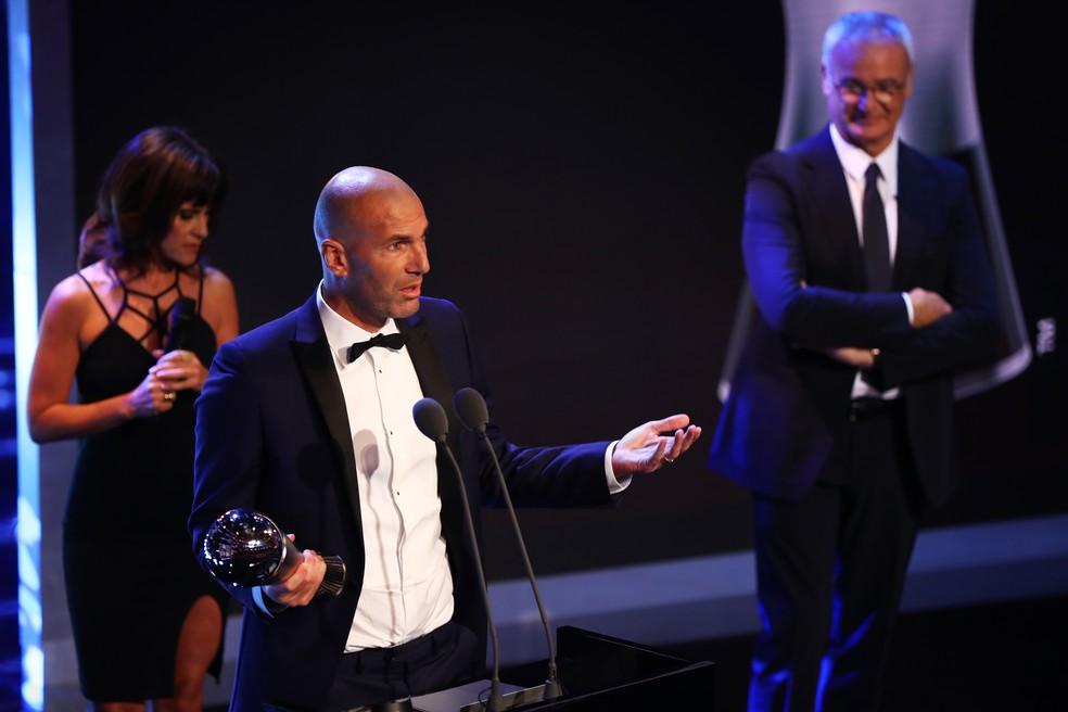 Zidane com o troféu de melhor técnico da temporada - e Ranieri ao fundo (Foto: Getty Images)