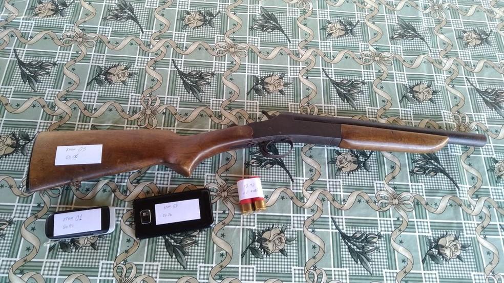 Arma calibre 12, munição e celulares foram apreendidos com uma pessoa, presa em flagrante durante a Operação Malacafa, da Polícia Federal, em Alagoas (Foto: Ascom/Polícia Federal)