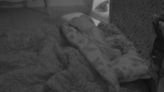 Paula e Jéssica dormem no Quarto Tropical