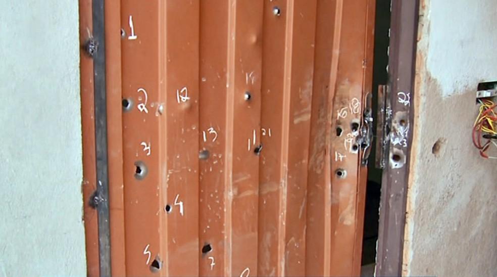 Polícia teria atirado mais de 50 vezes contra casa de idoso morto em Borda da Mata — Foto: Reprodução EPTV