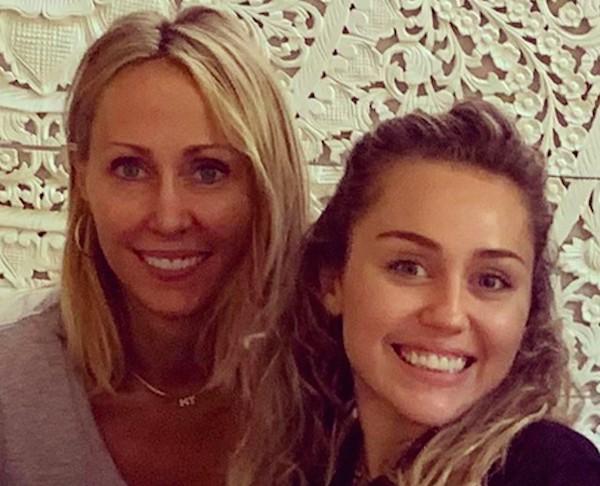 A cantora Miley Cyrus com a mãe, Tish Cyrus (Foto: Instagram)