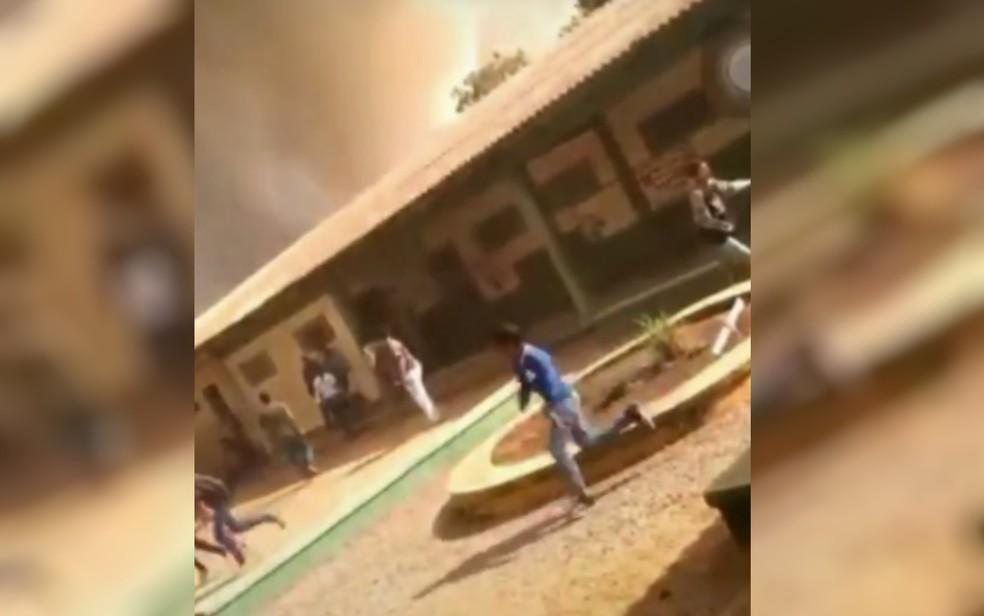 Escola foi esvaziada em Cristalina — Foto: Reprodução/TV Anhanguera