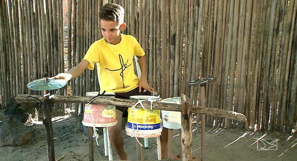 Usando sua bateria de sucata, Danilo segue em busca do sonho de dar uma vida melhor a sua família — Foto: Reprodução/TV Mirante