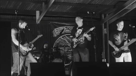 Banda Mr. Jaw segue tradição e faz rock irreverente 'temperado' com água salgada