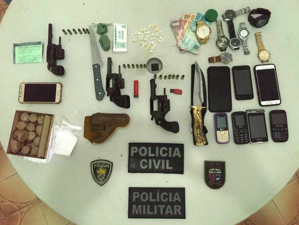 Armas drogas e dinheiro foram apreendidos com suspeitos de tráfico de drogas, em Nova Cruz, pela Operação Sentinela  — Foto: Divulgação/Polícia Civil