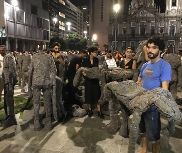 """Atores da peça """"Grande Sertão: Veredas"""" fazem ato na manifestação (Foto: Divulgação)"""