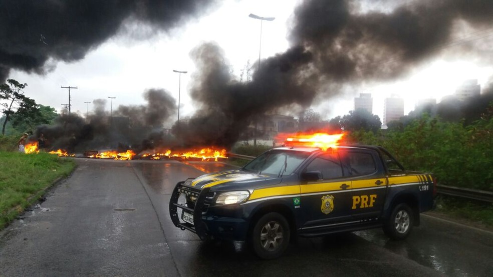 Manifestantes colocaram fogo em pneus e fecharam a BR-101, na Zona Oeste do Recife (Foto: PRF/ Divulgação)
