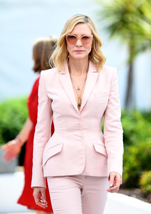 Cate Blanchett com versão rosinha e combinando óculos escuros (Foto: Getty Images)