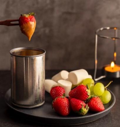 Fondue de marshmallow com chocolate 70%, servido com morango, uva, brownie e biscoito