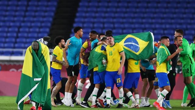 Jogadores da seleção brasileira comemoram a conquista do ouro no futebol dos Jogos Tóquio-2020