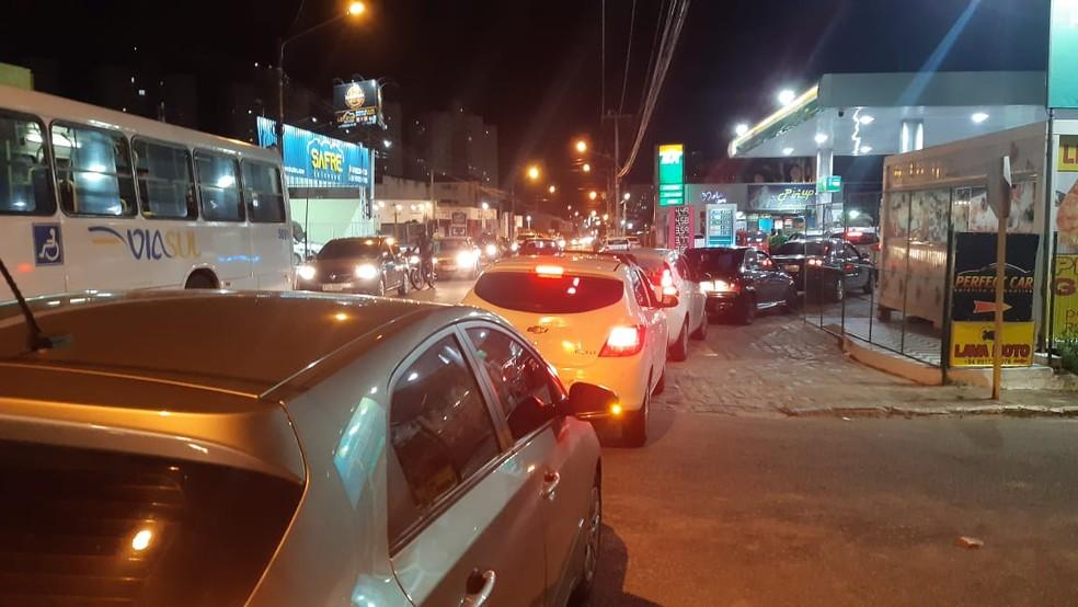 Carros fazem filas para abastecimento de gasolina em Natal e região metropolitana após anúncio de aumento do preço da gasolina. — Foto: Sérgio Henrique Santos/Inter TV Cabugi