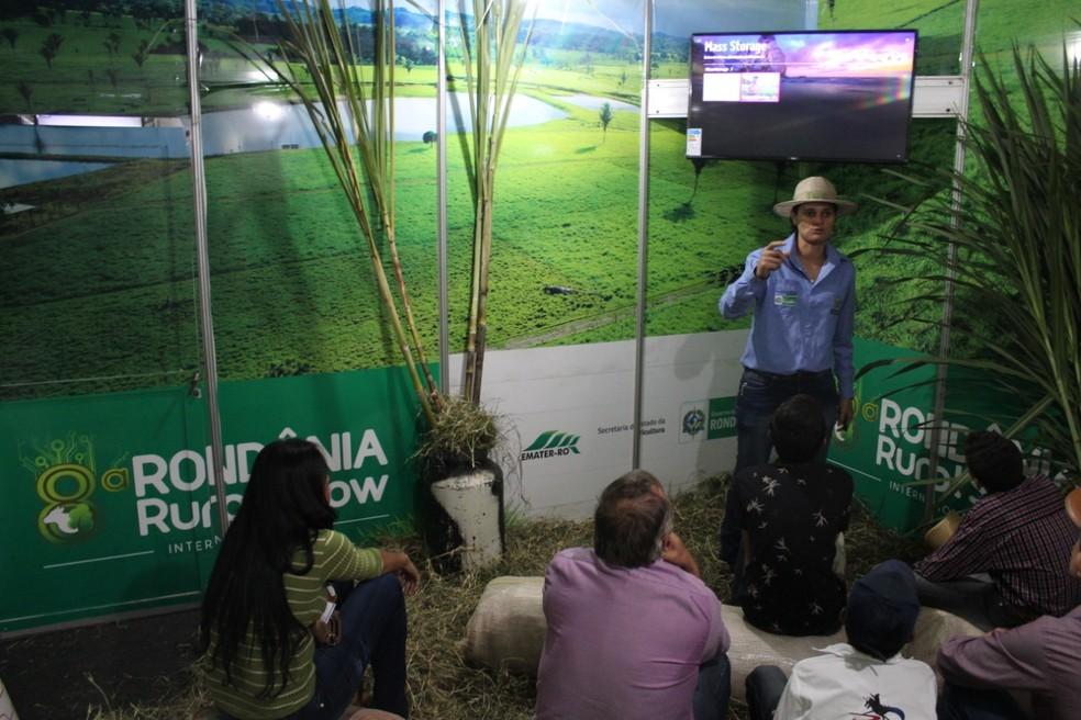 Vídeos são apresentados para produtores. — Foto: Mary Porfiro/Rede Amazônica